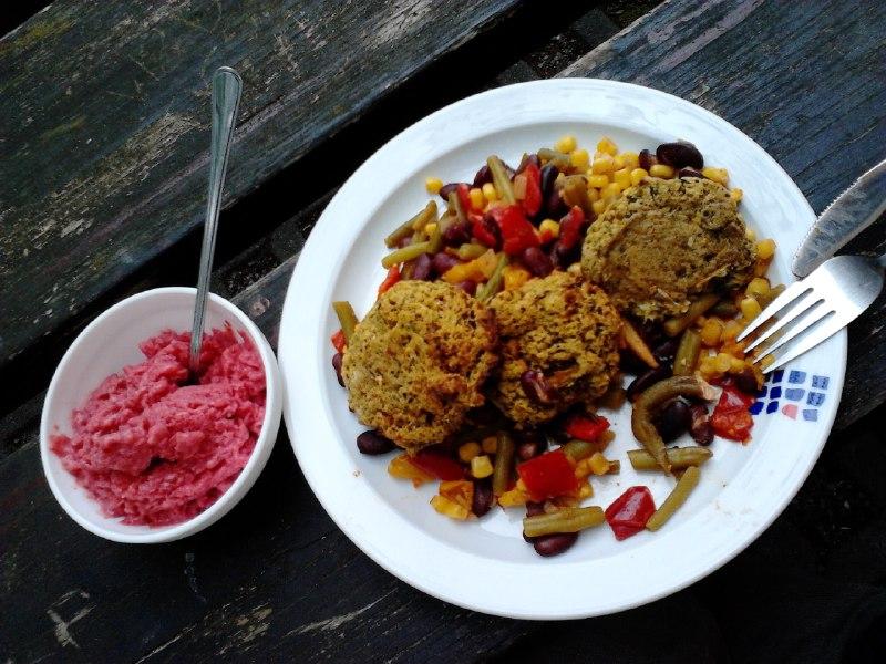 Zucchini-Pflanzerl an mexikanischen Gemüse und Erdbeereis zurSamstagsküche